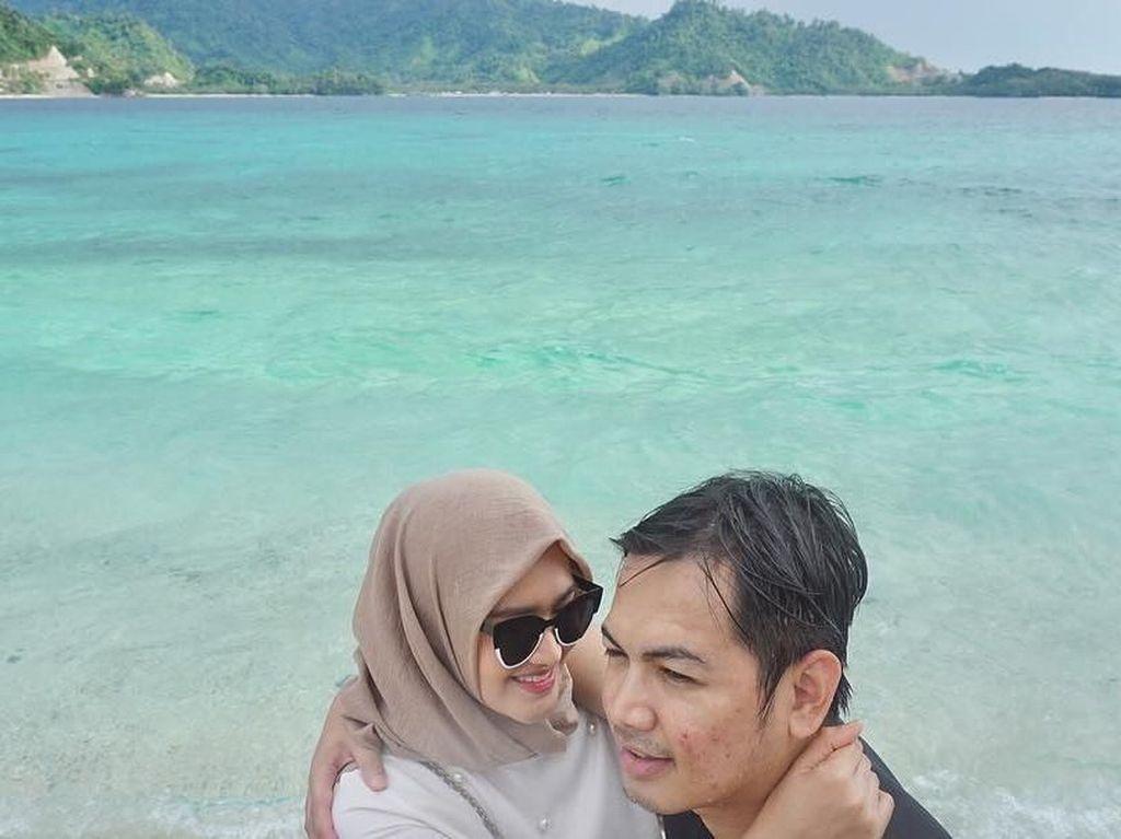 Potret Mesra Tommy Kurniawan dan Istri di Pantai