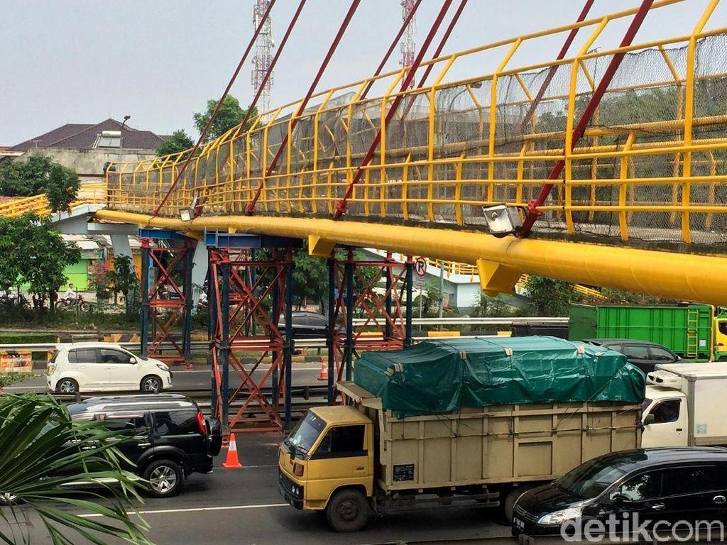 JPO di Tol JORR Bambu Apus yang Ditabrak Truk Diperbaiki