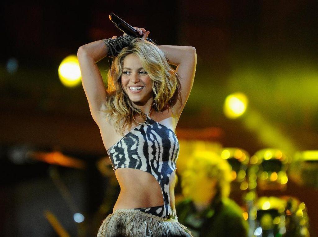 Shakira Pamer Bikini, Netizen Salfok dengan Badan Seksinya