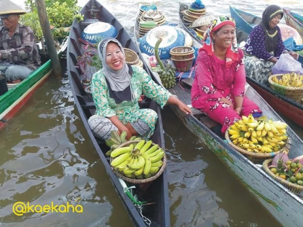 Senyuman Hangat di Pasar Terapung Banjarmasin