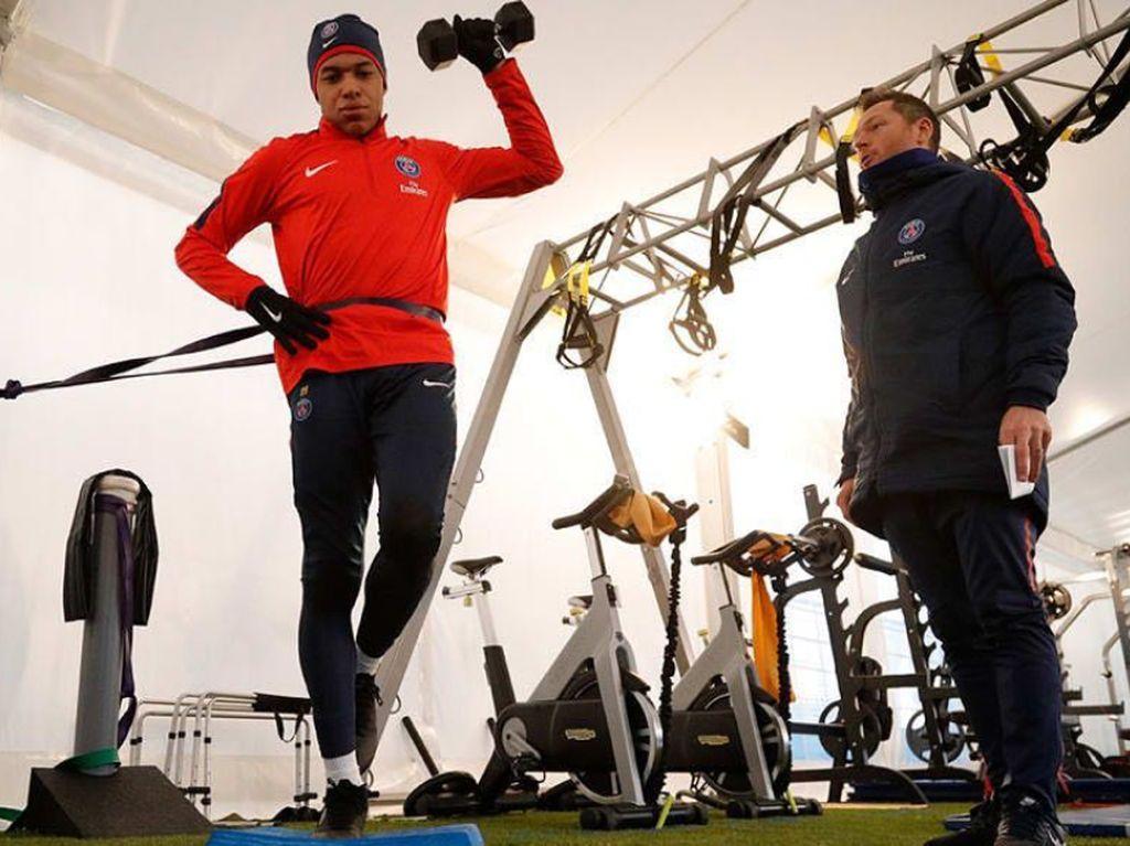 Gaya Santai Penyerang Timnas Prancis Kylian Mbappe Saat Olahraga