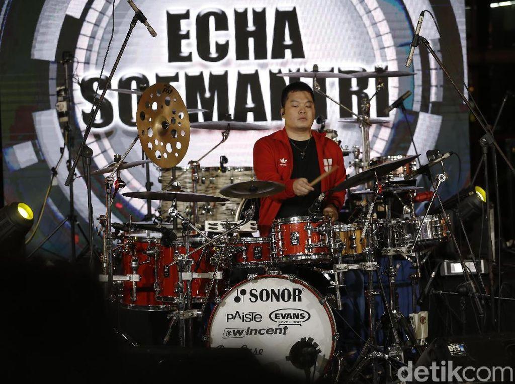 Aksi Singkat Echa Soemantri Main Drum