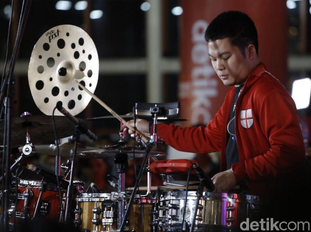 Aksi Keren Drum Cover Medley Echa Soemantri di Kumpul ID