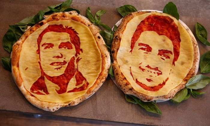 Sebuah restoran di kota St. Petersburg, Rusia menggunakan momen Piala Dunia untuk menciptakan menu pizza baru. Hop Head Cafe, menjadikan wajah para bintang lapangan hijau itu sebagai topping pizza. Anton Vaganov/Reuters.