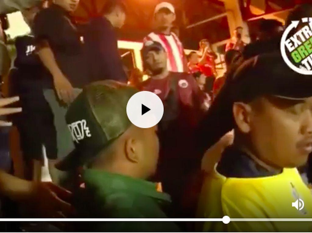 Tegang! Momen Pemukulan Anak Menpora oleh Pria Berjersey Persija