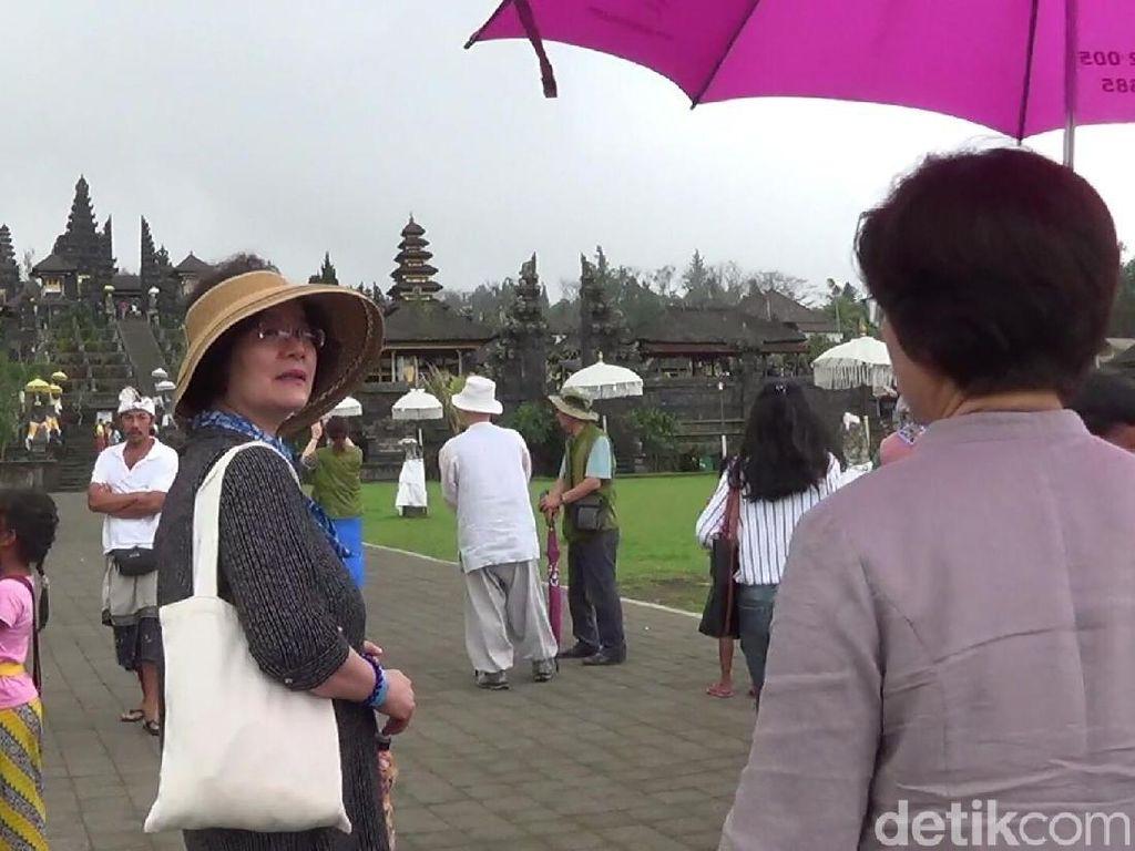 Dampak Hujan Abu Gunung Agung, Wisatawan di Pura Besakih Menurun