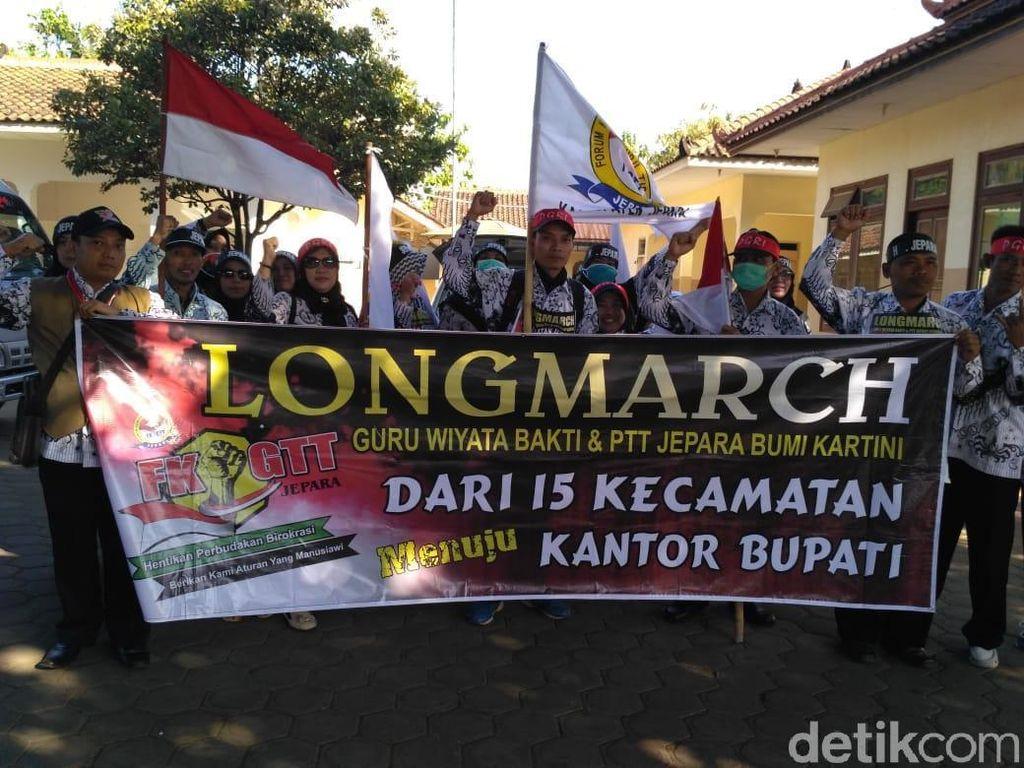 6 Bulan Gaji Tak Cair, Guru Honorer di Jepara Aksi Long March
