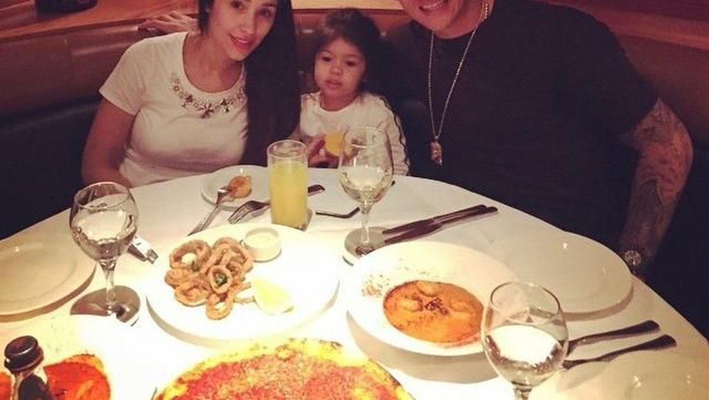 10 Foto Ini Buktikan Pesepak Bola Marcos Rojo Sering Makan Romantis