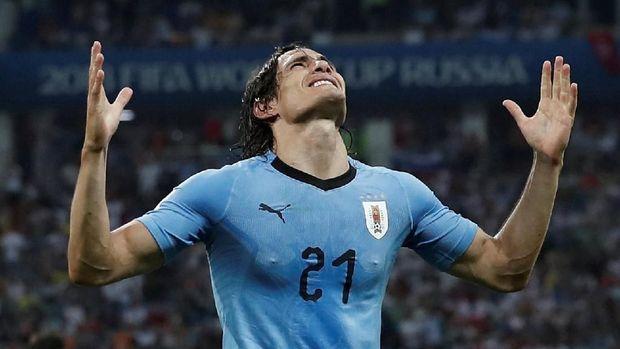 Penyerang Uruguay Edinson Cavani usai mencetak gol kedua ke gawang Portugal.