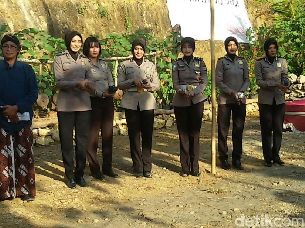 72 Polwan di Yogyakarta Berpuisi di Atas Bukit
