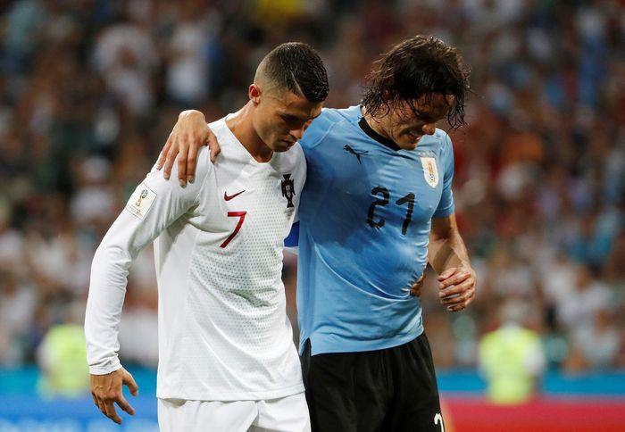 Begini adegan Cristiano Ronaldo bantu memapah Edinson Cavani. REUTERS/Jorge Silva.