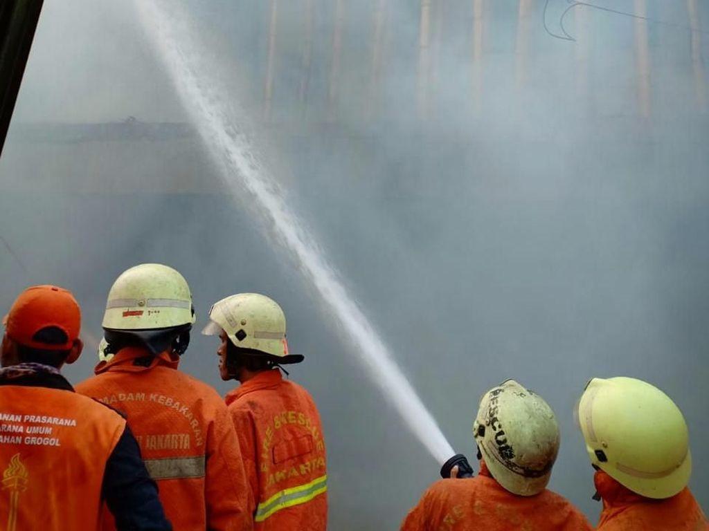 Kebakaran Rumah di Grogol, 5 Unit Damkar Meluncur