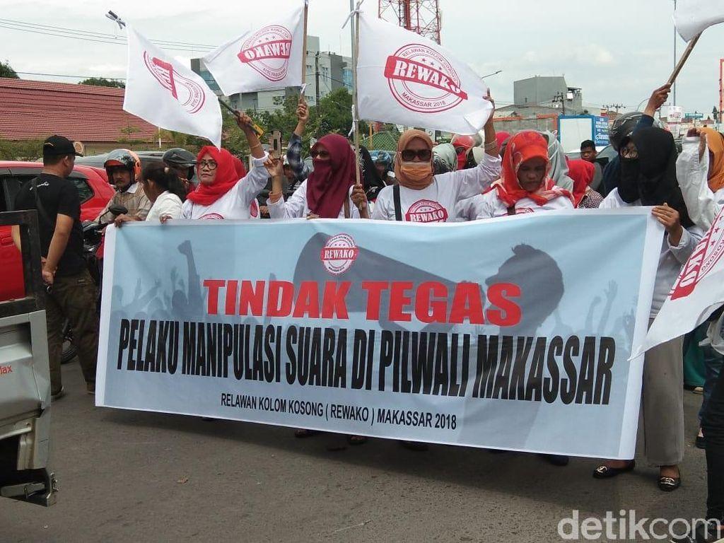 Relawan Kotak Kosong Demo di KPU Sulsel