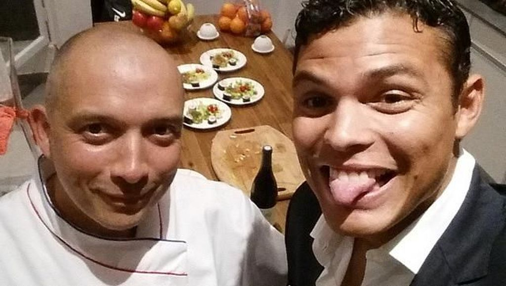 Ini Pose Seru Thiago Silva, Bek Brasil Saat Makan Ramai-ramai