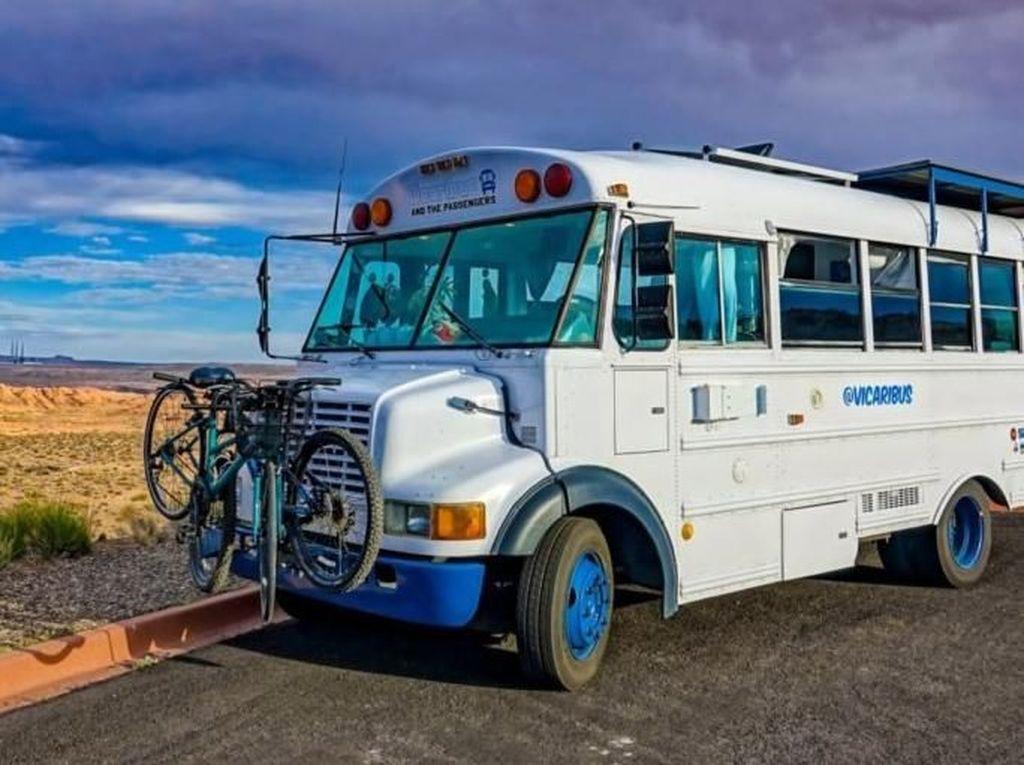Bus Jadul Ini Disulap Jadi Rumah Unik Bertenaga Surya