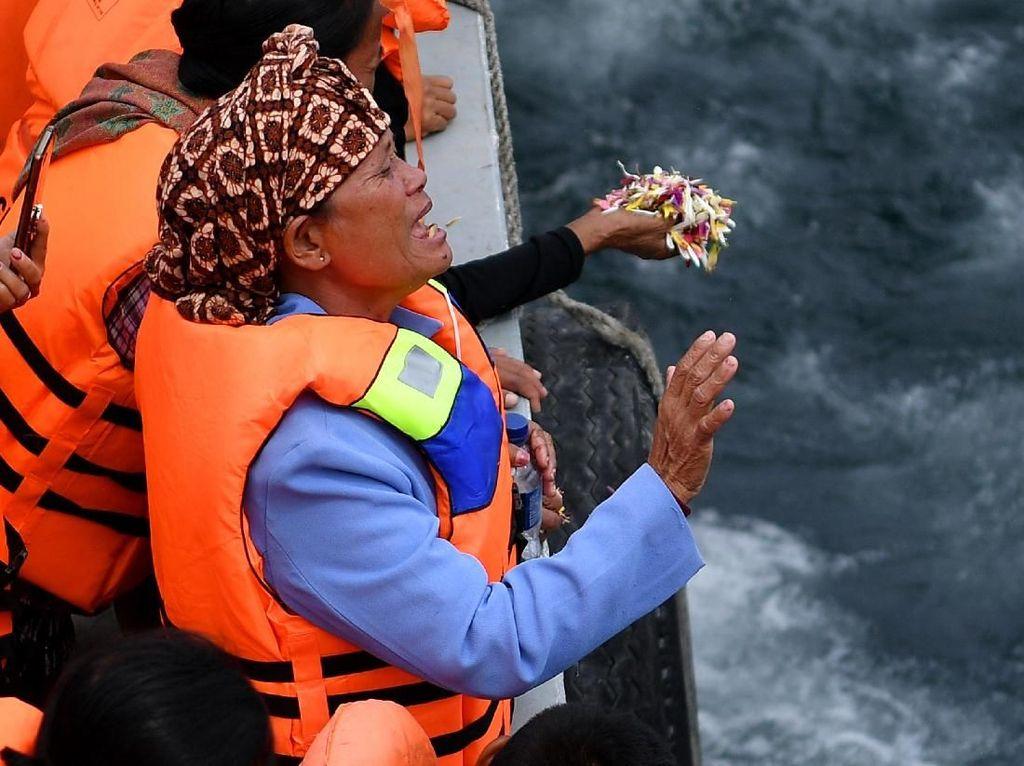 Duka Keluarga Korban KM Sinar Bangun Tabur Bunga di Danau Toba