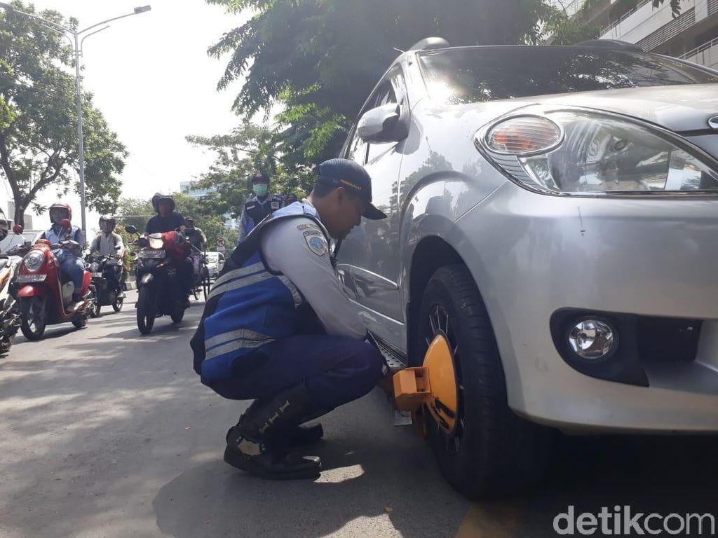 Parkir Sembarangan, 7 Mobil Digembok 4 Ditilang