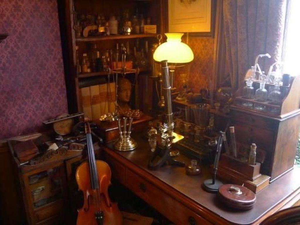 Mengintip Isi Rumah Sherlock Holmes