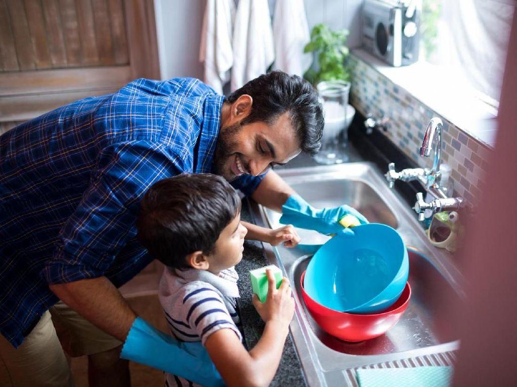 Riset: Pria yang Bisa Masak dan Mencuci Lebih Menarik Bagi Wanita