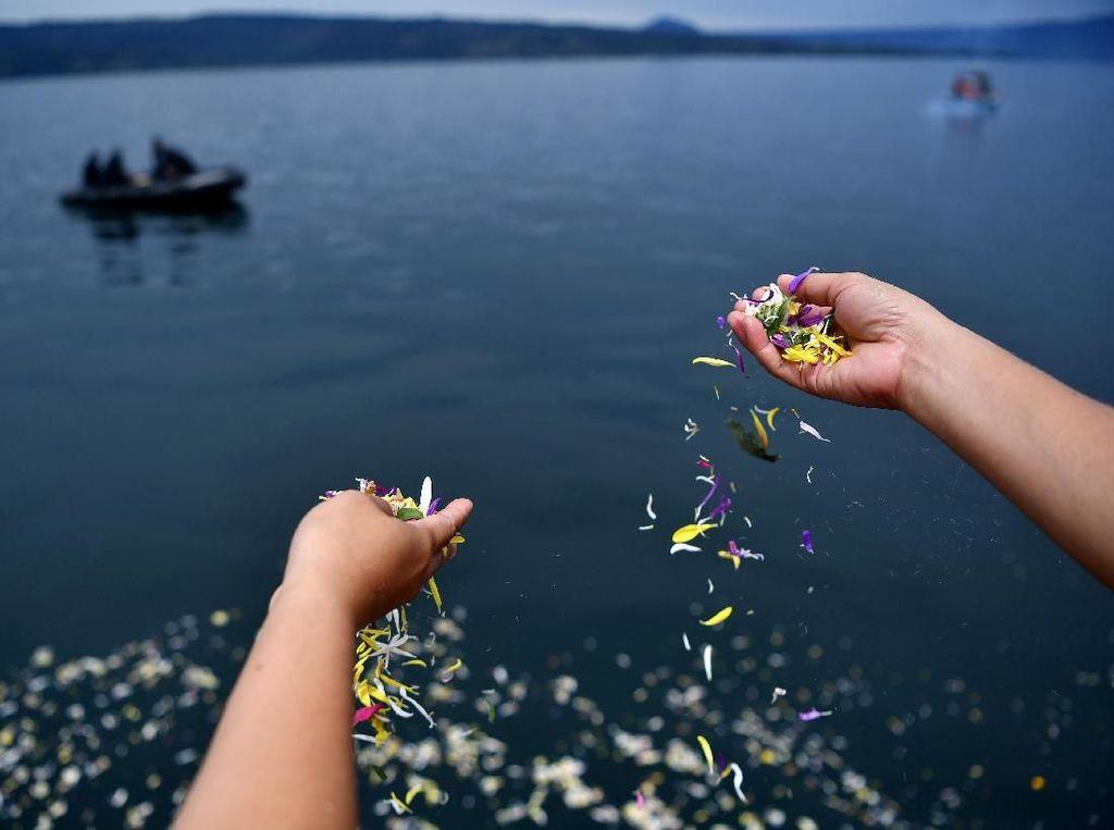 Isak Tangis Keluarga di Danau Toba Lepas Korban KM Sinar Bangun