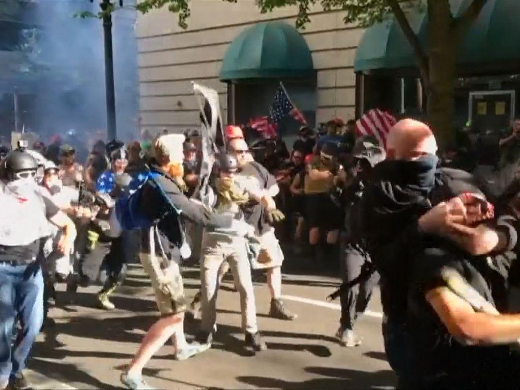 Video Tonjok-tonjokan Kelompok Sayap Kanan dan Anti-Fasis di AS