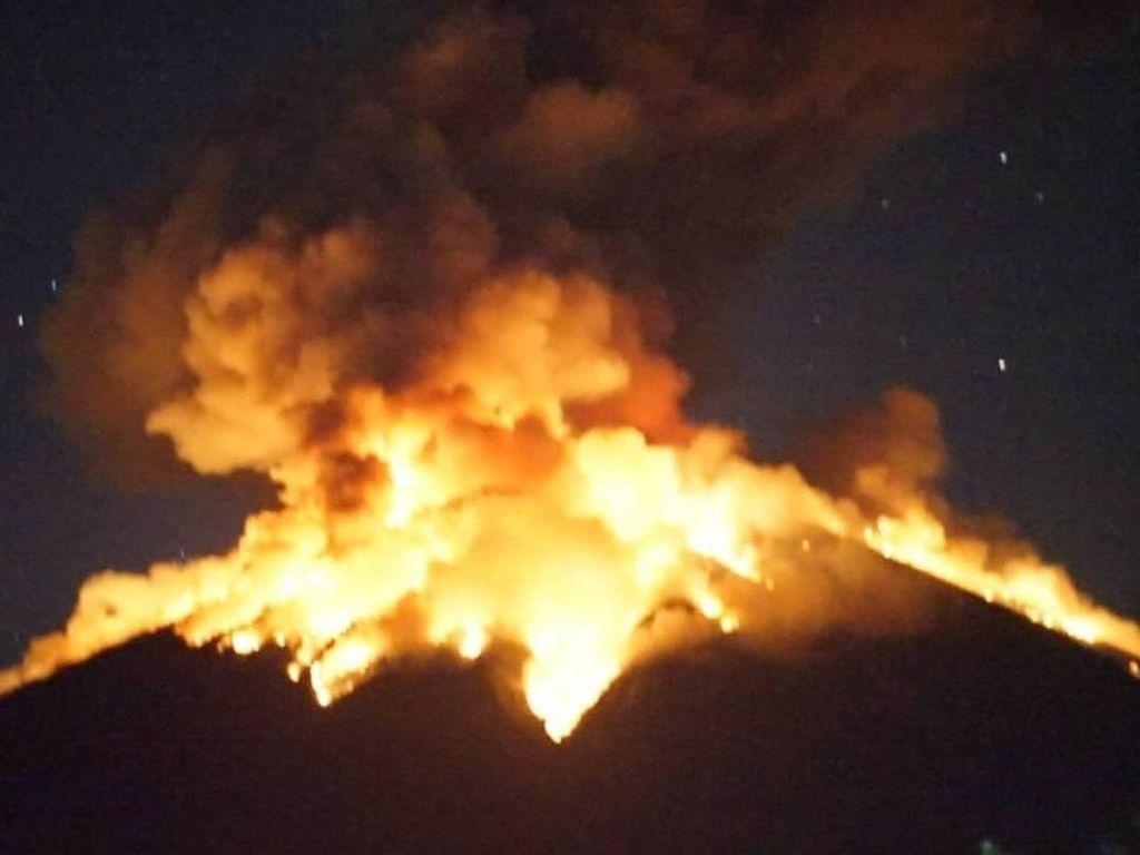 Penampakan Terkini Erupsi di Gunung Agung Malam Ini