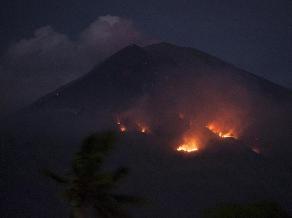 Gunung Agung Erupsi, Lahar Keluar dan Membakar Hutan