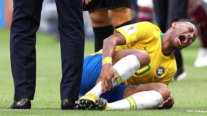 Salah satu insiden Piala Dunia 2018 yang bikin Neymar dituding lebay (Foto: Buda Mendes/Getty Images)