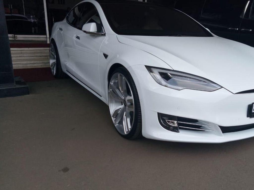 Bamsoet Ngantor Pakai Tesla, Istri dan Anak Pakai SUV Listrik