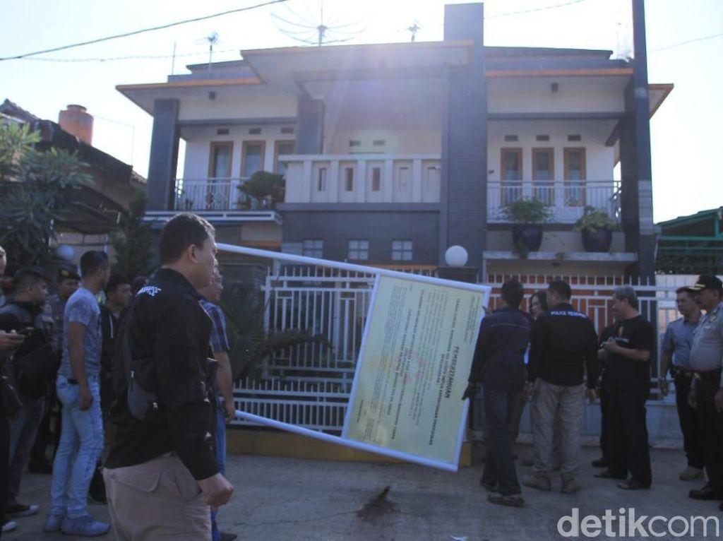 Polisi Sita Rumah Mewah Bos Miras Oplosan Cicalengka