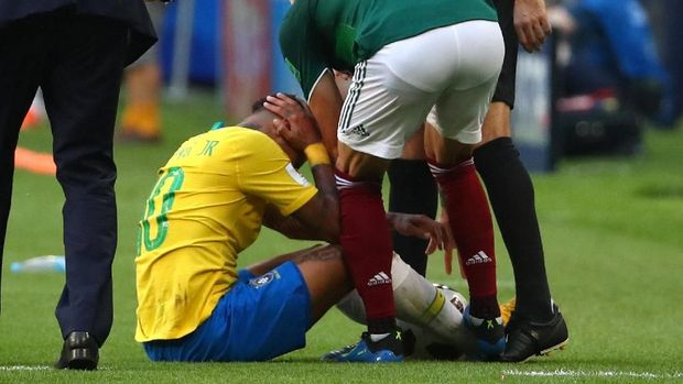 Kaki Miguel Layun mendarat di pergelangan kaki Neymar