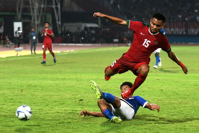 Indonesia menghadapi Singapura dalam laga kedua Grup A di Stadion Gelora Deltras, Sidoarjo, Jawa Timur, Selasa (3/7/2018). Di laga ini, pelatih Indra Sjafri nyaris merombak semua lini. ANTARA FOTO/Zabur Karuru