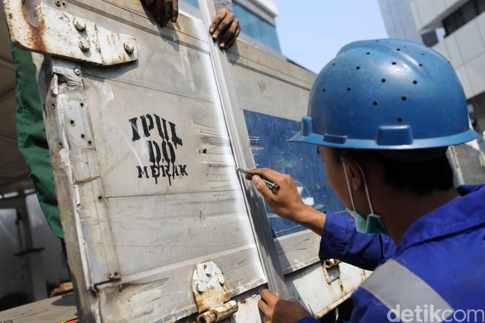 Menteri Perhubungan Budi Karya Sumadi didampingi Kakorlantas Royke Lumowa menyaksikan pemotongan truk dalam rangka Operasi Over Dimensi dan Over Load (ODOL) di halaman Kementerian Perhubungan, Jakarta, Selasa (3/7/2018). Operasi ODOL ini bertujuan untuk melakukan penertiban kendaraan besar yang melanggar ketentuan. Grandyos Zafna/detikcom