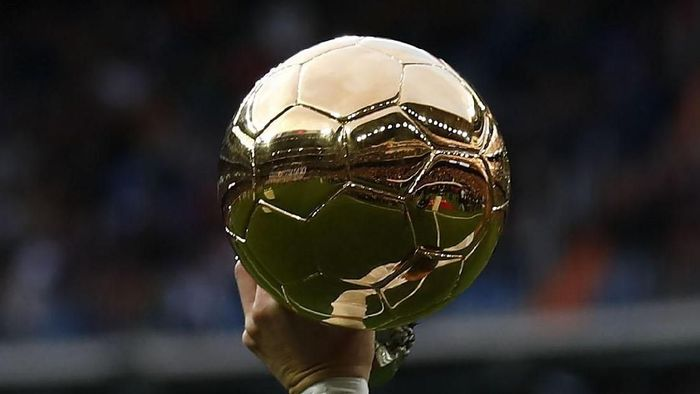 MADRID, SPAIN - DECEMBER 09: Cristiano Ronaldo of Real Madrid CF offers his fifth Golden Ball (Ballon dOr) trophy to the audience prior to start the La Liga match between Real Madrid CF and Sevilla FC at Estadio Santiago Bernabeu on December 9, 2017 in Madrid, Spain . (Photo by Gonzalo Arroyo Moreno/Getty Images)