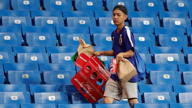 Fans Jepang: Kecewa Hasil Boleh, Bersih-Bersih Stadion Jalan Terus