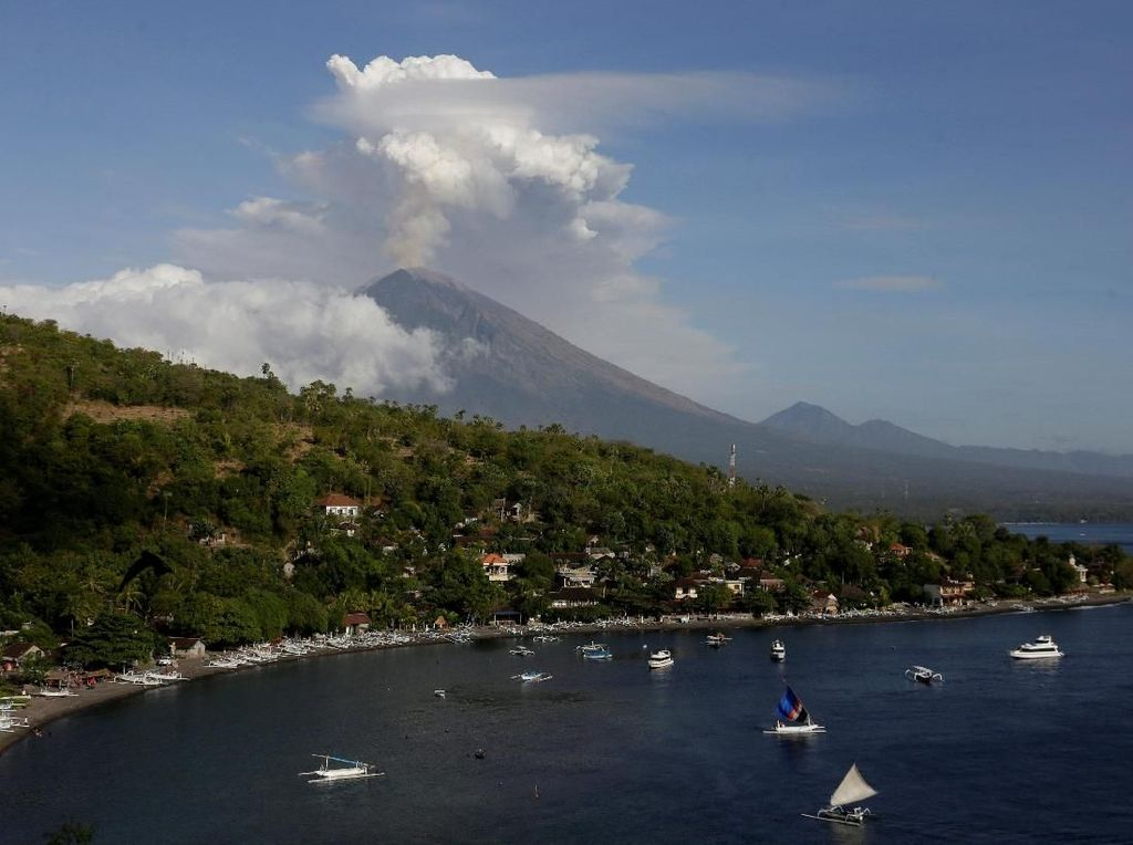 Cahaya Mirip Ledakan di Gunung Agung Bikin Heboh, Ini Kata PVMBG