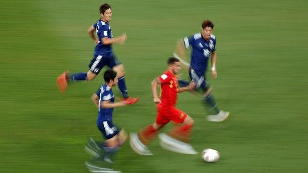 Pemain timnas Belgia Eden Hazard dikepung tiga pemain Jepang.