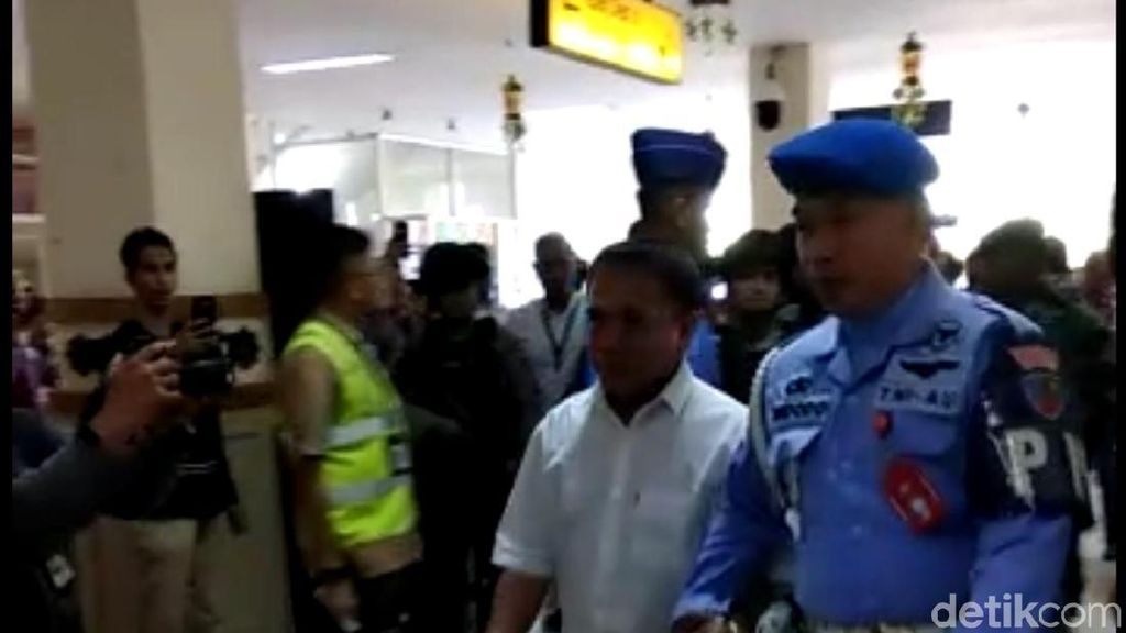 Penampakan Gubernur Aceh Diterbangkan ke KPK