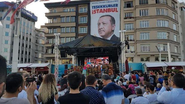 Musik Angklung Mengalun di Taksim Square Istanbul, Penonton Kagum