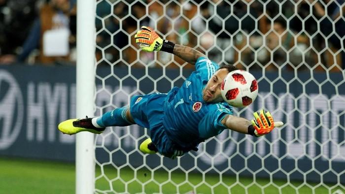 David Ospina mencoba menghalau penalti Eric Dier saat Inggris mengalahkan Kolombia di 16 besar Piala Dunia 2018 (Christian Hartmann/Reuters)