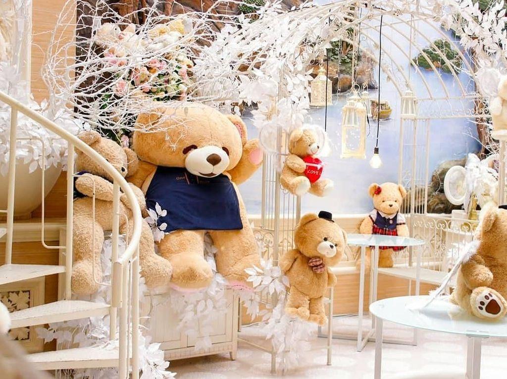 Seru Banget! Makan di Kafe Ini Serasa Ada di Istana Teddy Bear