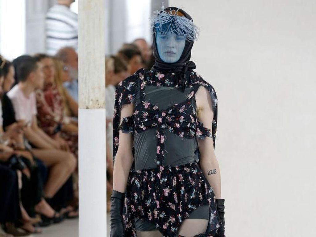 Unik, Model Berkaki Gadget Warnai Catwalk Paris Fashion Week