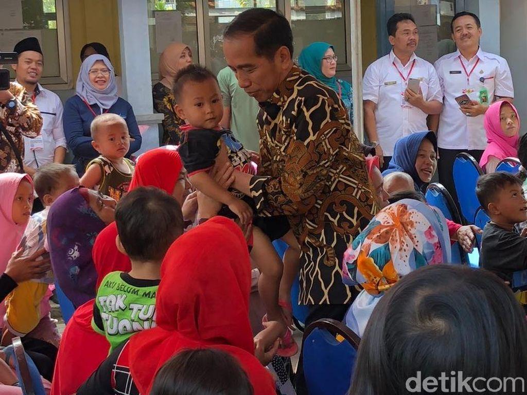 Jokowi Gendong Balita, Presiden Bank Dunia Bagi-bagi Buku