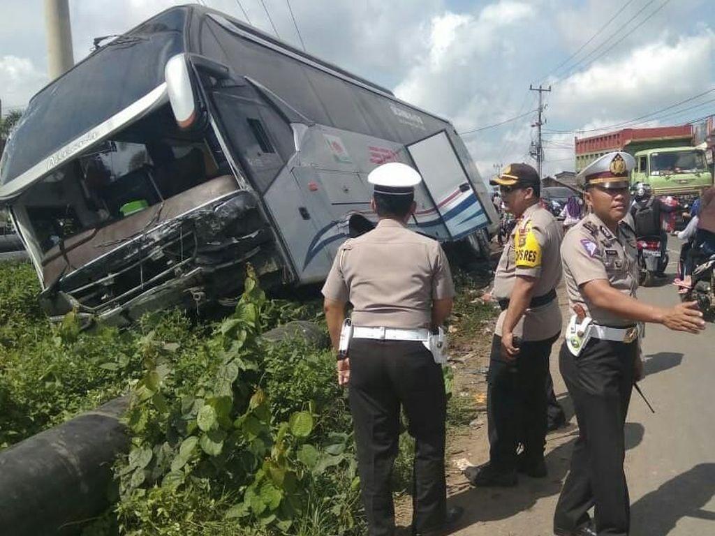 Foto: Kecelakaan Bus Tewaskan 7 Orang di Sumsel