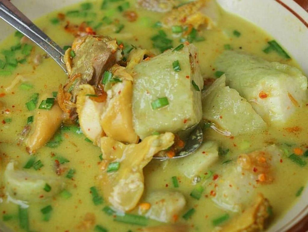 Enaknya, 10 Netizen Ini Pamer Makan Siang dengan Empal Gentong Khas Cirebon