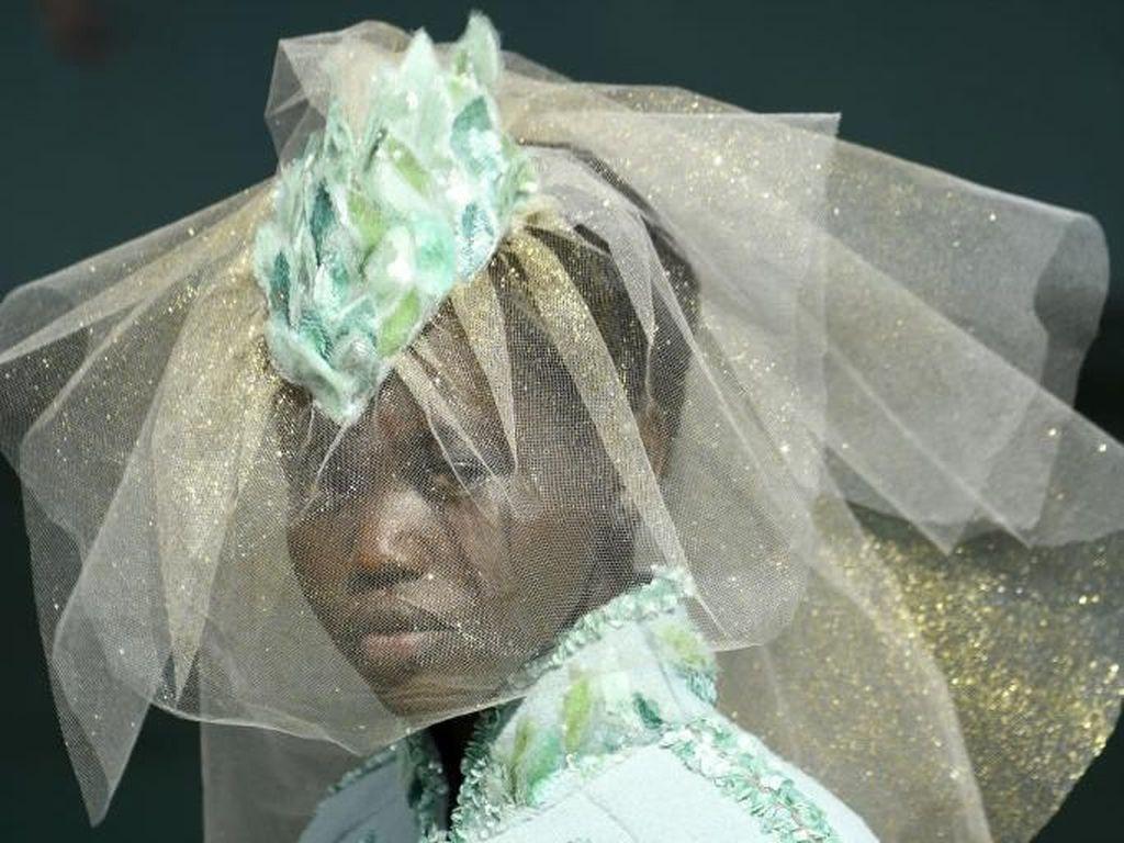 Adut Bior, Model Kulit Hitam yang Cetak Sejarah di Fashion Show Chanel
