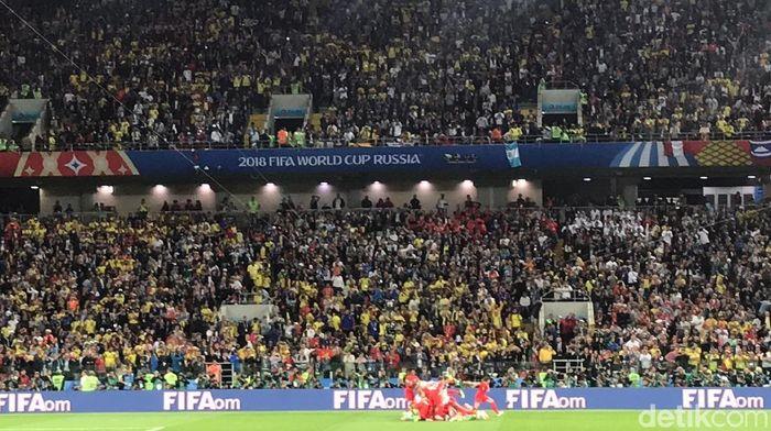 Fans Inggris tenggelam dalam euforia usai Inggris mematahkan kutukan lewat kemenangan atas Kolombia dalam adu penalti (Foto: Mohammad Resha Pratama)