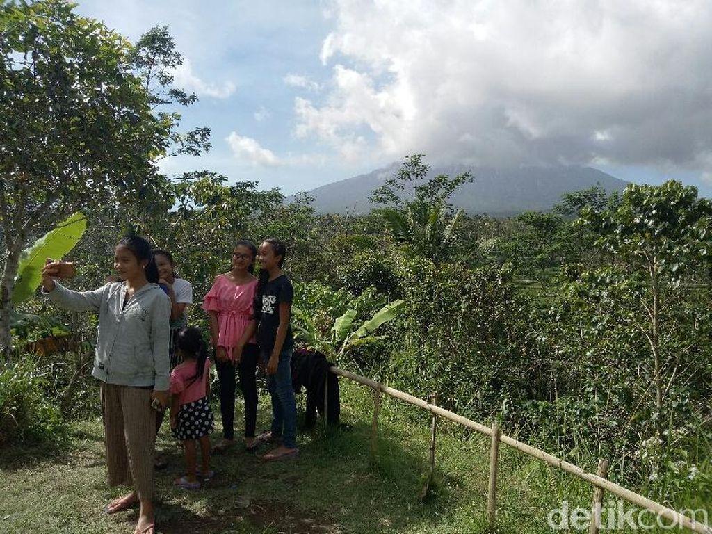 Gunung Agung Erupsi Jadi Objek Selfie di Pos Pemantauan