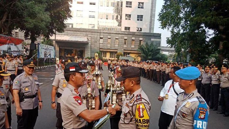 Kapolda Metro Jaya Naikkan Pangkat 917 Anggota