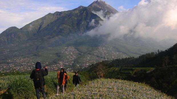 Pengunjung berfoto dengan latar belakang Gunung Merapi di Selo, Boyolali, Jawa Tengah, Selasa (3/7). Menurut Balai Pengembangan Dan Penyelidikan Teknologi Kebencanaan Geologi (BPPTKG), sampai saat ini status Gunung Merapi masih waspada karena berdasarkan hasil pengamatan visual dan instrumental bahwa aktivitas vulkanis Gunung Merapi masih cukup tinggi. ANTARA FOTO/Aloysius Jarot Nugroho/kye/18.